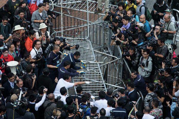 Las autoridades de Hong Kong empiezan a desmantelar el principal punto de protesta - Sputnik Mundo
