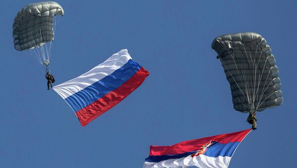 Paracaidistas con las banderas de Rusia y Serbia (archivo) - Sputnik Mundo