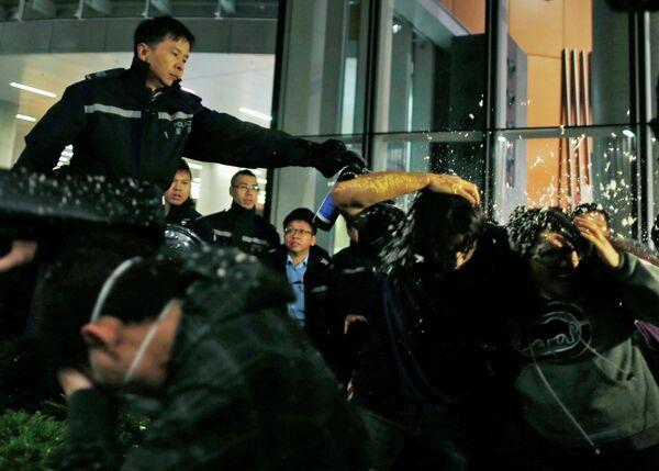 Graves enfrentamientos en Hong Kong al intentar los estudiantes entrar en el Parlamento - Sputnik Mundo