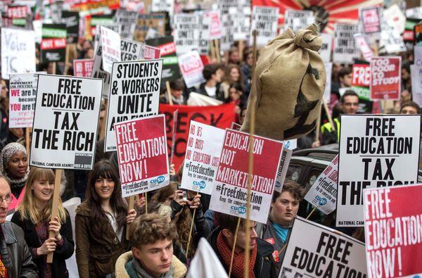 Miles de universitarios en Londres demandan una educación gratuita - Sputnik Mundo