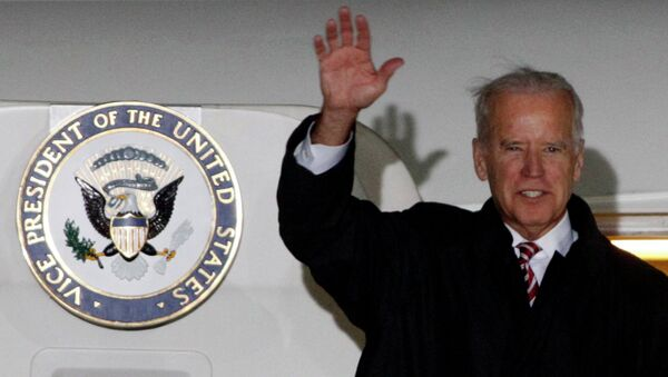 U.S. Vice President Joe Biden waves upon his arrival at Boryspil International airport outside Kiev November 20, 2014. - Sputnik Mundo