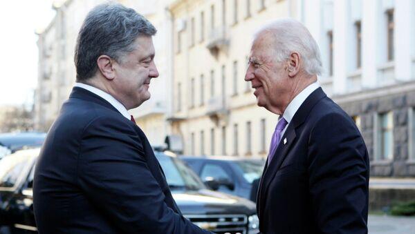 Presidente de Ucrania Petró Poroshenko, y vicepresidente de EEUU Joe Biden (Archivo) - Sputnik Mundo