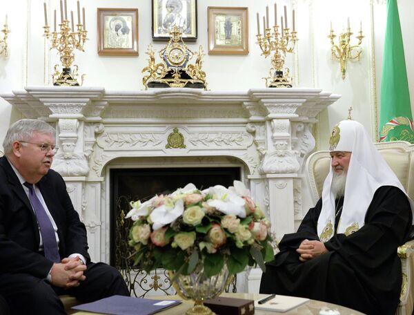 John Tefft, embajador de EEUU en Rusia, y patriarca Kiril - Sputnik Mundo