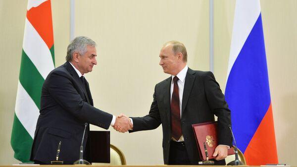 Presidente de Rusia, Vladímir Putin y presidente de Abjasia, Raúl Jadzhimba, 24 de noviembre, 2014 - Sputnik Mundo