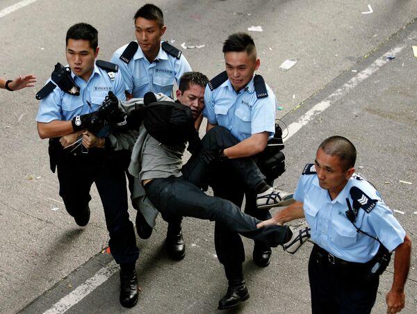 Enfrentamientos entre manifestantes y policía en Hong Kong - Sputnik Mundo