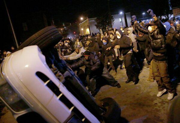 La policía de Ferguson amenaza con detener a manifestantes que no abandonen la protesta - Sputnik Mundo