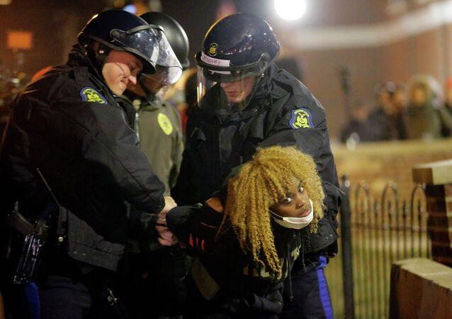 Noche de incendios y vandalismo en Ferguson