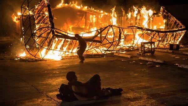 Noche de incendios y vandalismo en Ferguson - Sputnik Mundo