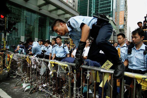 La policía desaloja Mongkok dos meses después del inicio de las protestas en Hong Kong - Sputnik Mundo