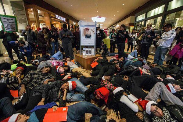 Protesta por el caso Brown paraliza un centro comercial de EEUU en pleno 'viernes negro' - Sputnik Mundo