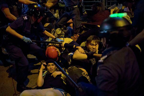 Al menos 10 heridos y 28 detenidos tras nuevos choques en Hong Kong - Sputnik Mundo