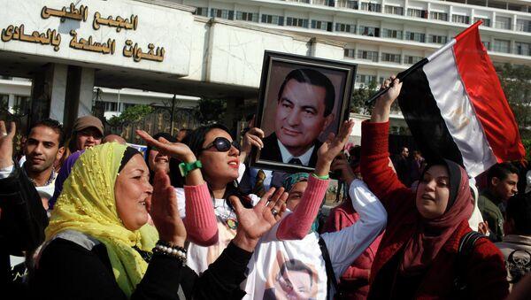 Los egipcios con un retrato del expresidente Hosni Mubarak - Sputnik Mundo