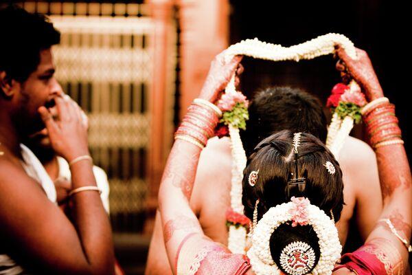 Un empresario indio financia la boda simultánea de 111 mujeres huérfanas - Sputnik Mundo