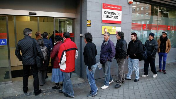 People enter a government-run employment office in Madrid, December 2, 2014 - Sputnik Mundo