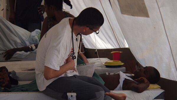 Un médico durante el brote del cólera en Haití - Sputnik Mundo