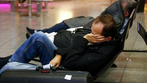 Stranded passengers sleep during a pilots' strike of German flagship carrier Lufthansa in Frankfurt's airport, December 1, 2014 - Sputnik Mundo