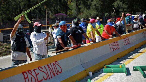 Ocho civiles y seis policías heridos en disturbios en Guerrero, al sur de México - Sputnik Mundo