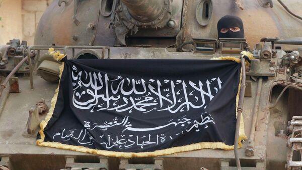 Bandera del grupo terrorista Frente al Nusra colgada en el tanque que pasa por las calles de Alepo (Archivo) - Sputnik Mundo