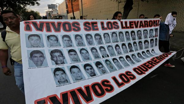 A tres meses de la masacre de estudiantes en México sus familias aún buscan la verdad - Sputnik Mundo
