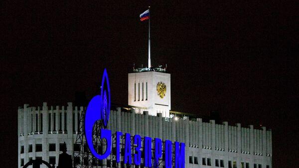 Logo de Gazprom frente al Gobierno de Rusia - Sputnik Mundo