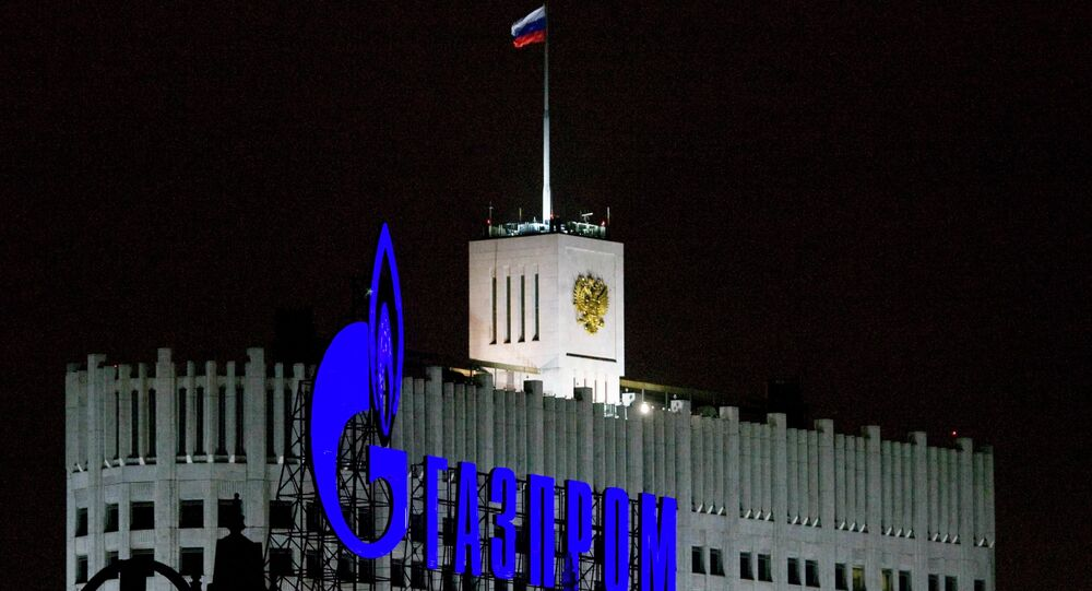 Logo de Gazprom frente al Gobierno de Rusia